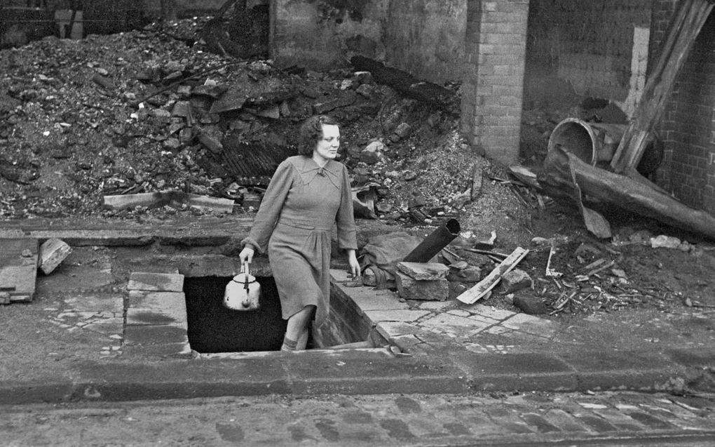 uitse vrouwen waren mei 1945 nergens veilig voor de geallieerde soldaten. Seksueel geweld vond 's nachts plaats, maar ook overdag, in kelders en midden op straat.beeld bpk, Willy van Heekern