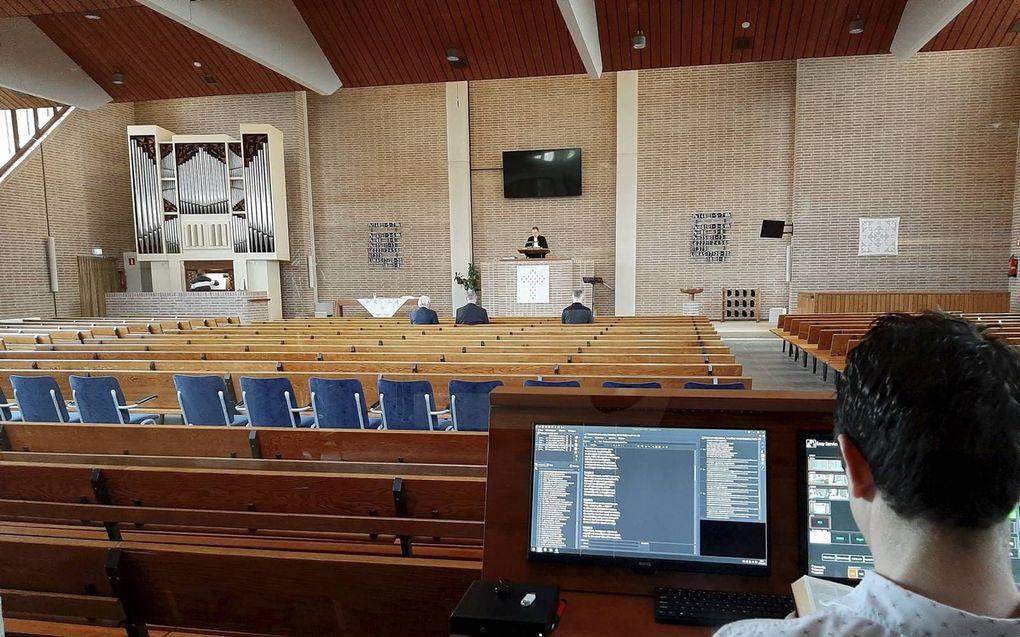 Dienst in coronatijd in de Hervormde Sionskerk in Papendrecht. beeld Piet Stout