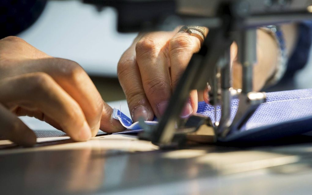 Fabricage van mondkapjes bij beddenfabrikant Auping. beeld ANP, Vincent Jannink