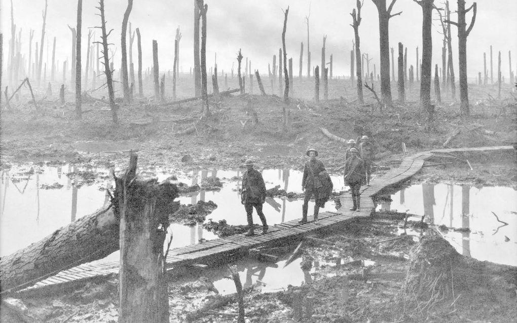 Soldaten tijdens de Eerste Wereldoorlog in een beschoten bos bij Ieper.beeld Wikimedia