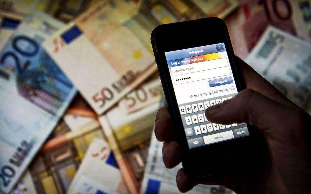 Saldo checken via de app voor mobiel bankieren. beeld ANP, Koen van Weel