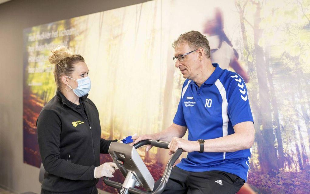 Elspeter Schouten krijgt tijdens spieroefeningen instructies van fysiotherapeut Stegehuis. beeld André Dorst