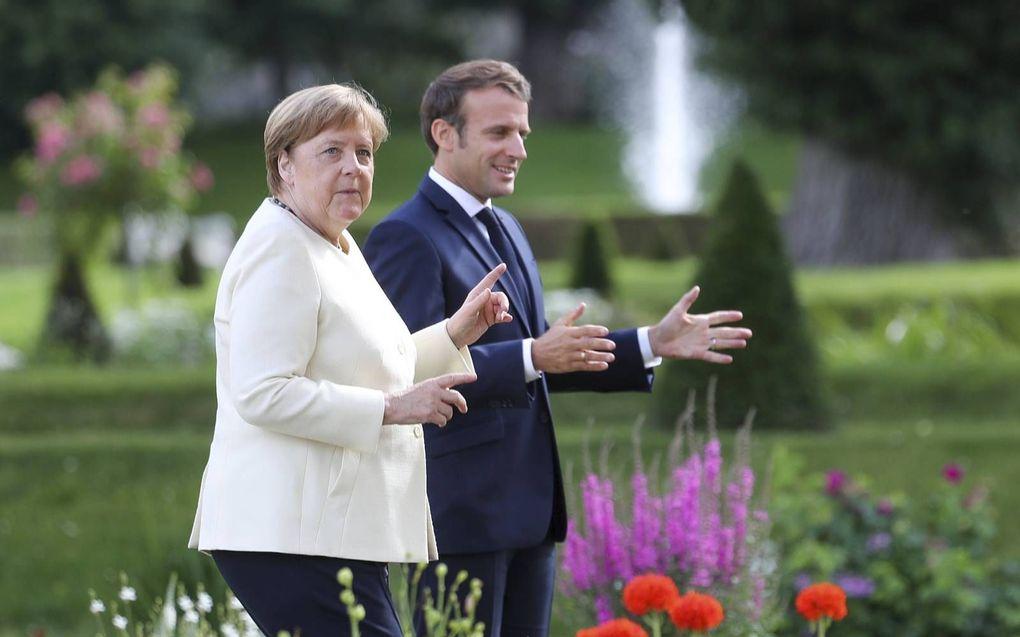 Merkel (l.) ontmoette Macron (r.) maandag. beeld AFP, Hayoung Jeon