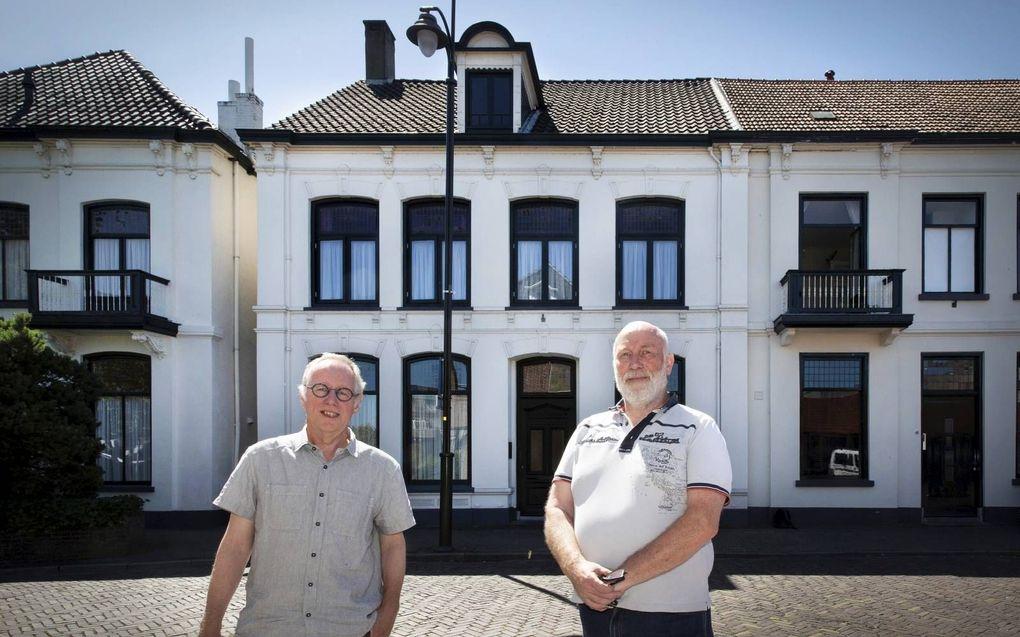 Bestuursleden Sjoerd Kemeling en Ries de Jong van historische vereniging Het Museum in Winterswijk voor het pand aan de Willinkstraat 4. Hier woonde jarenlang Helena Kuipers-Rietberg, die tijdens de Tweede Wereldoorlog een leidende rol had bij het helpen