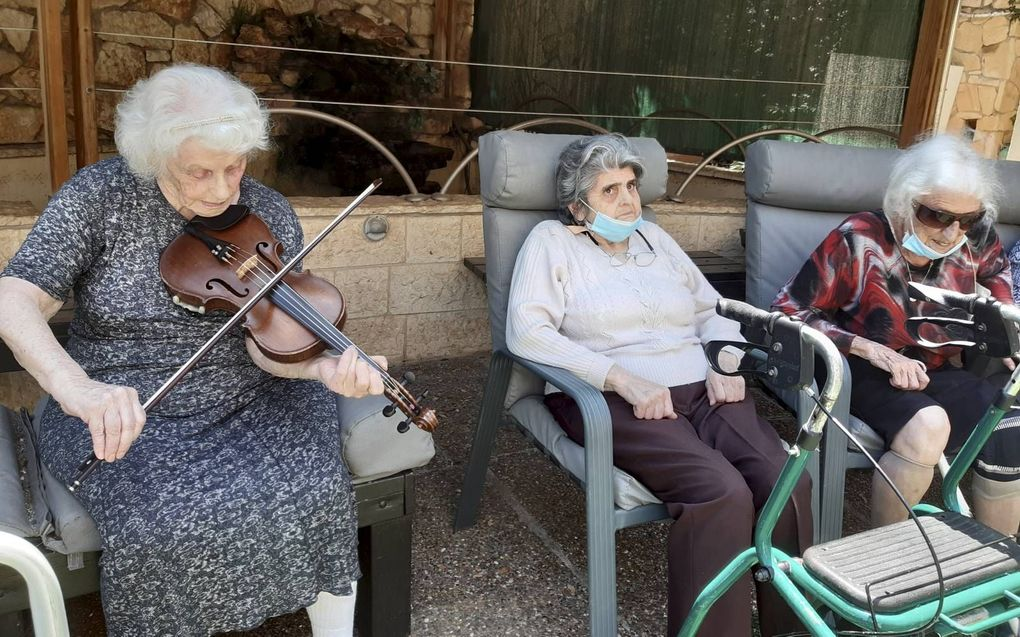 """Bewoners van Ebenezer Home in Haifa. Onderhouds- en projectmanager David Phillips: """"Hoogstwaarschijnlijk gaan we weer op slot.""""beeld RD"""
