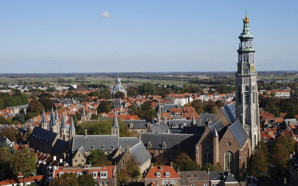 Torens tekenen Middelburg. Op de voorgrond het Abdijcomplex, met rechts de Nieuwe Kerk en daarachter de Koorkerk met de Lange Jan ertussenin. In de verte de koepel van de Oostkerk. beeld beeldbank Middelburg