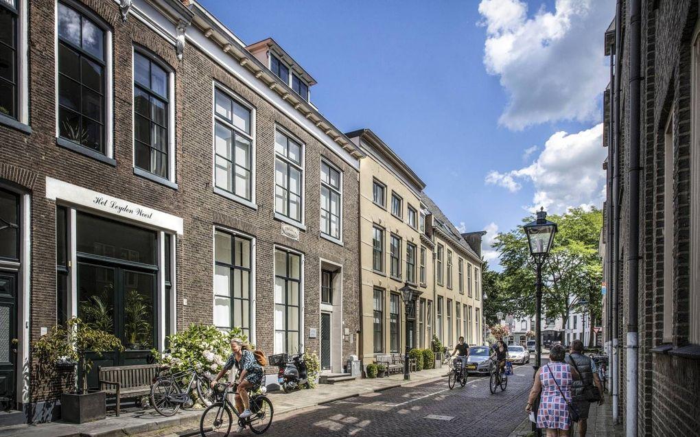 """Thorbeckes geboortehuis, gebouwd aan het begin van de zeventiende eeuw, staat aan de gracht in Zwolle. """"Als ik voor elk foto die van het pand wordt genomen een euro zou krijgen, zou dat best wat opleveren"""", zegt eigenaar Ben Keizers.beeld RD, Henk Vissc"""