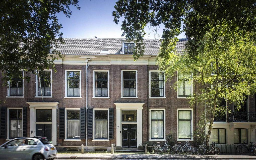 Vliegtuigpionier Anthony Fokker woonde met zijn ouders jarenlang aan de Kleine Houtweg 65 in Haarlem. Hij werd beroemd doordat hij op 1 september 1911 met de Spin rond de Sint Bavokerk vloog. Fokker woonde enige tijd in Duitsland en later een lange period
