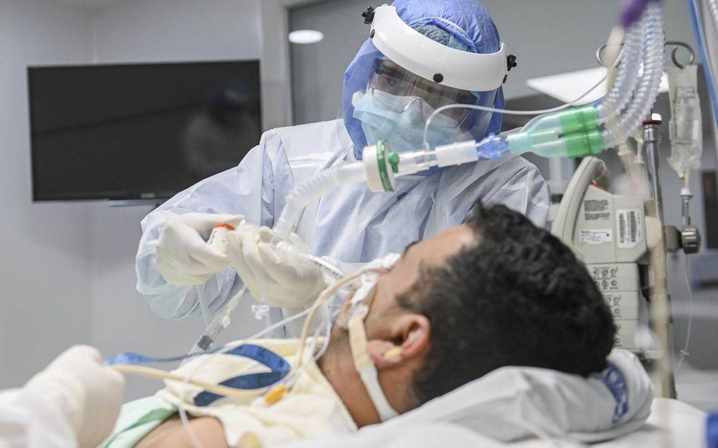 """Een patiënt ligt aan de beademing, op een ic in Colombia. """"We gaan ervan uit dat dankzij enoximon minimaal 30 tot 40 procent van de mensen niet aan de beademing hoeft.""""beeld AFP, Joaquin Sarmiento"""