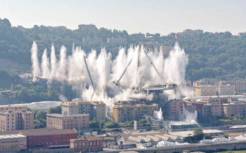 Restanten van de oude brug werden opgeblazen.beeld RINA, Andrea Botto