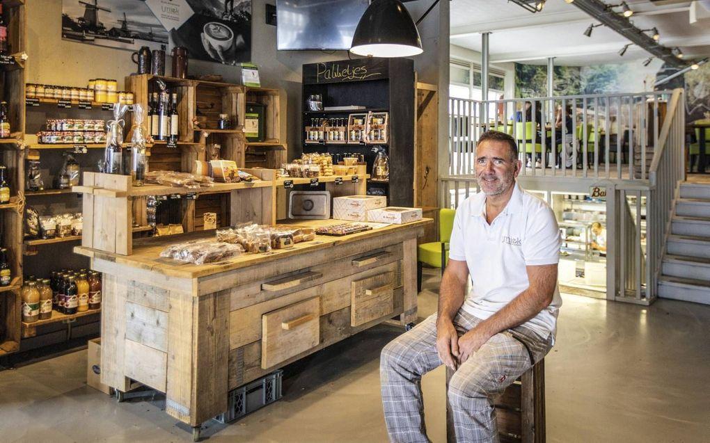 Chris van der Breggen heeft samen met zijn echtgenote Eline (niet op de foto) een bakkerij en lunchroom in Nunspeet. Zijn zaak brengt het er –ondanks de tegenslag rond corona– nog goed van af, vindt hij. beeld RD, Henk Visscher