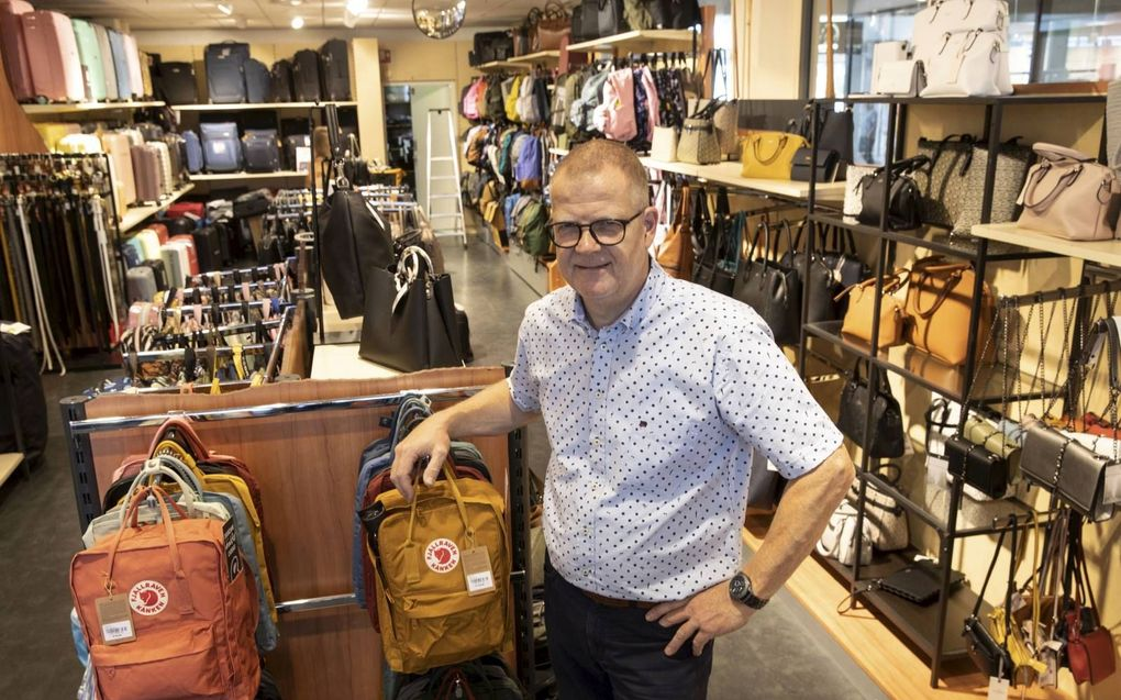Jan-Henk Tuk poseert in de winkel in Zwijndrecht, een van de 24 filialen van Duifhuizen Tassen en Koffers. Wekelijks bezoekt hij als visual merchandiser meerdere winkels. beeld RD, Anton Dommerholt