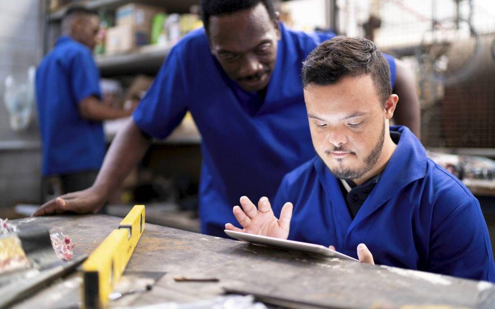 """""""Werknemers met een verstandelijke beperking hebben eigenlijk constant een duwtje in de rug nodig"""", zegt Huib Dorst, locatiemanager in Oud-Vossemeer bij De Schutse.  beeld Getty Images"""