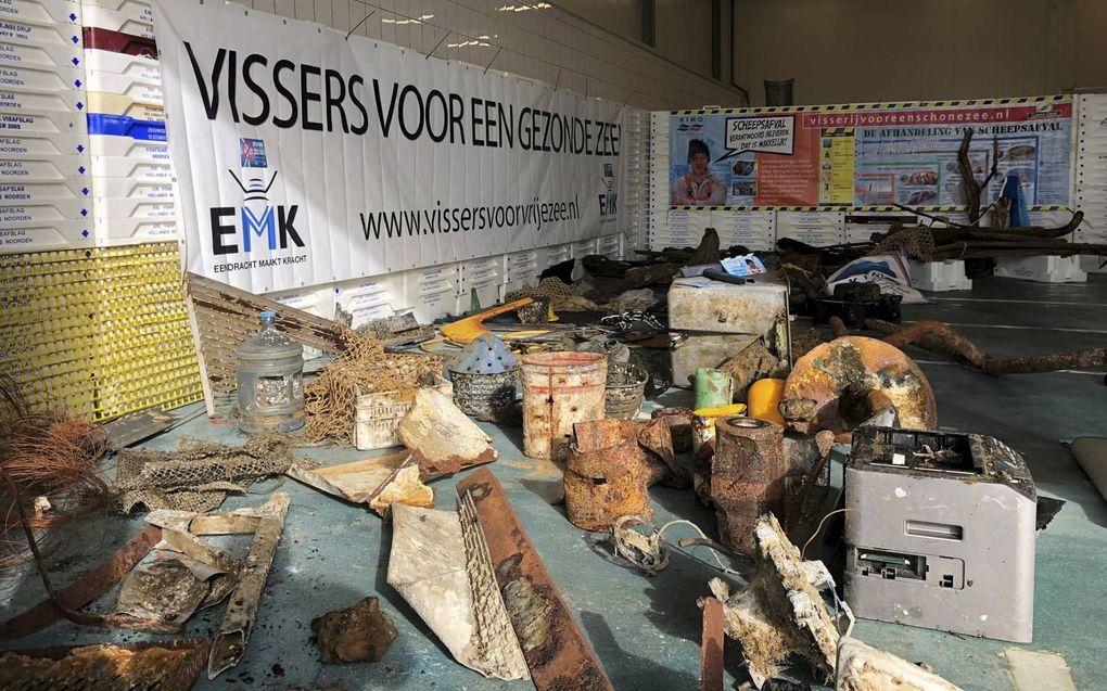 Een selectie van afval dat Helderse en Texelse vissers de afgelopen drie weken in hun netten aantroffen, waaronder een kopieerapparaat, een koffer en een hoop blikken, plastic en hout van vergane schepen.beeld Dirk Kraak