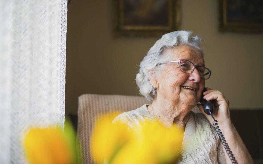Met de Zomerbellijn speelt seniorenorganisatie KBO-PCOB in op signalen van leden die verwachten meer last van eenzaamheid en somberheid te hebben. beeld iStock