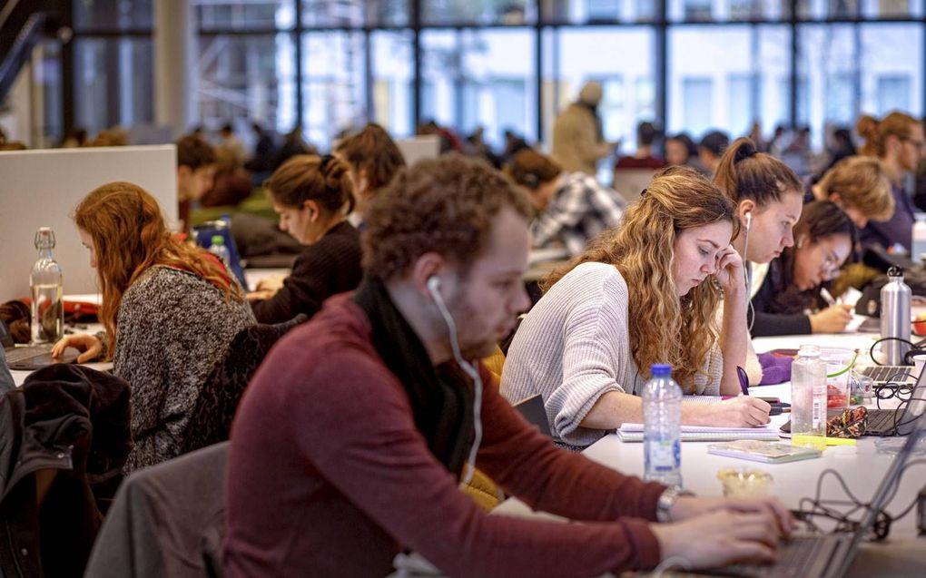 """Toske Andreoli pleit voor meer sociale cohesie op de universiteit. """"In een groep valt het op als iemand zich terugtrekt en hulp nodig heeft."""" Foto: studeren op Tilburg University.beeld Hollandse Hoogte, Dolph Cantrijn"""