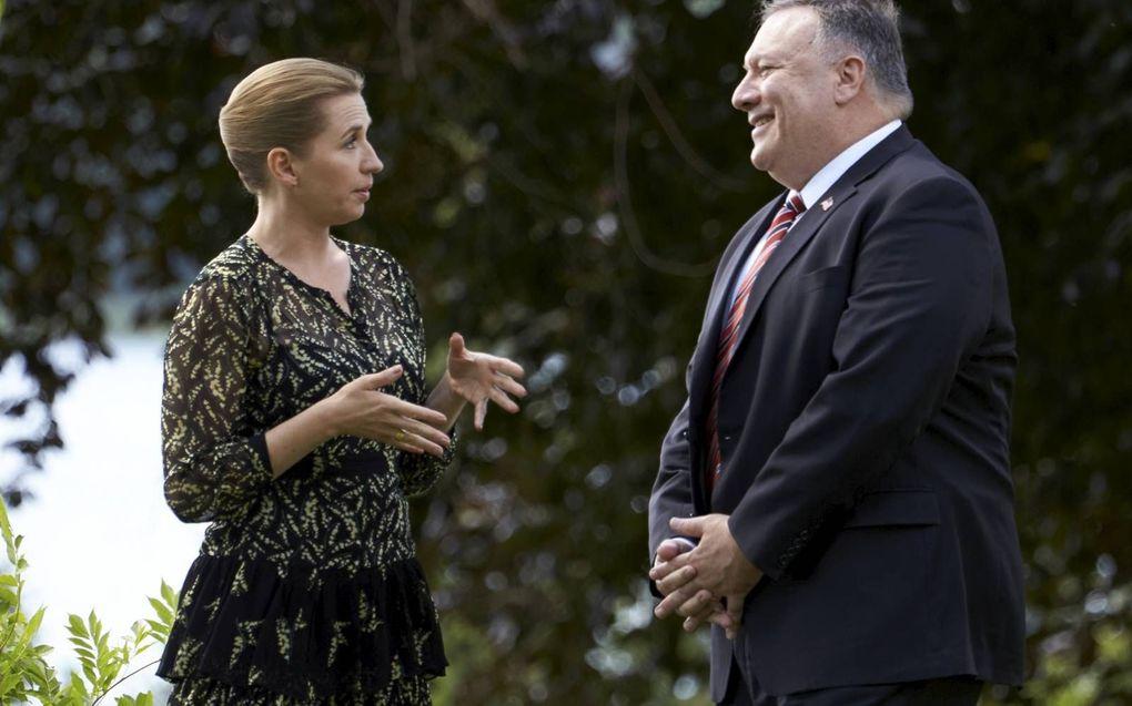 De Deense premier Frederiksen (l.) wil een conflict over besnijdenis met de Amerikaanse minister van Buitenlandse Zaken, Pompeo, vermijden. beeld AFP