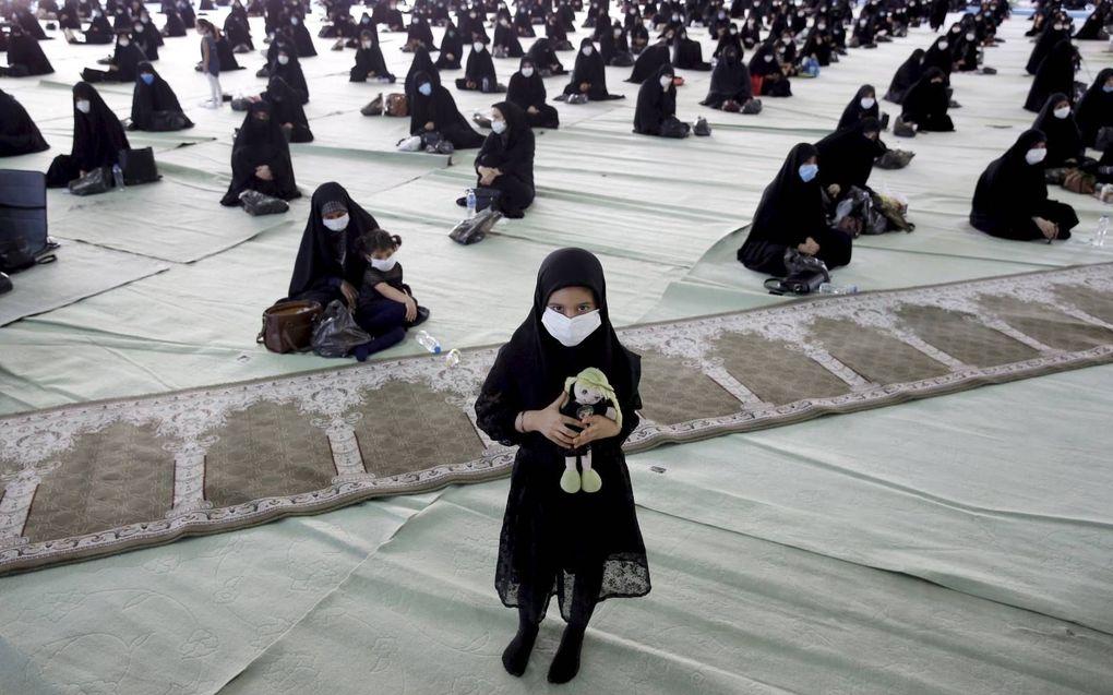 Iraanse sjiitische vrouwen tijdens een islamitische herdenkingsdag eind augustus. De Iraanse overheid tekent het land als een vrijwel volledig sjiitische natie, maar van dat beeld klopt weinig, stellen onderzoekers.beeld EPA, Abedin Taherkenareh