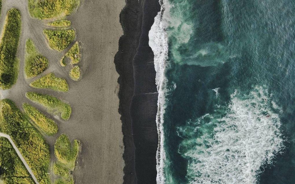 Vervuild water bij het strand van Chalaktyrski op het Russische schiereiland Kamtsjatka. Het is vooralsnog onduidelijk wat de oorzaak van de ramp is en wat de omvang is. beeld Instagram, Maxim Ionov