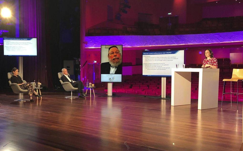 De DNA-dialoog vond donderdag plaats in het Orpheustheater in Apeldoorn. Van links naar rechts: Ruth Mampuys (humanist), prof. Henk Jochemsen (protestants christen), rabbijn Raphael Evers en prof. Annemieke Aartsma.beeld RD
