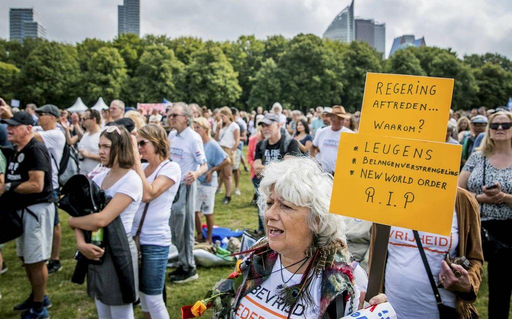 """Demonstranten op het Malieveld. Prof. Theo Meder: """"Het lijkt wel of het coronavirus een soort gekte aan het creëren is. De pers wordt niet meer geloofd door groepen mensen.""""beeld ANP, Remko de Waal"""