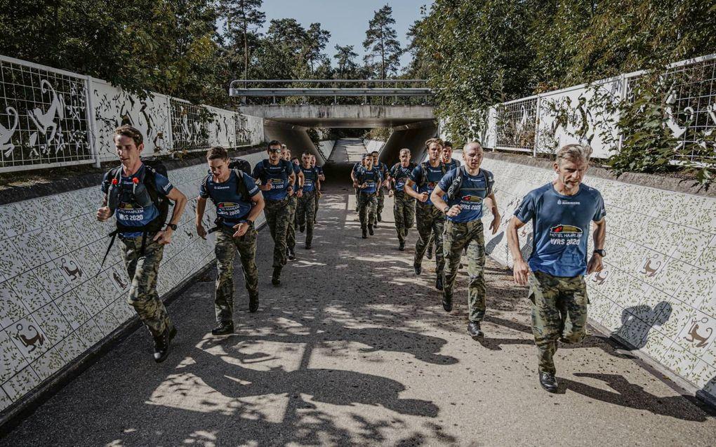 Acht mariniers doen zaterdag een aanval op het wereldrecord speedmars. Een marathon op kistjes met zware bepakking. Het huidige wereldrecord staat op naam van de Britten. beeld Menno Tames