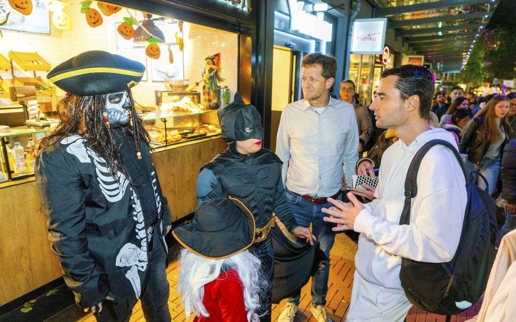 ZOETERMEER. Raadsleden van CU en SGP gingen vorig jaar in gesprek met bezoekers van een Halloweenavond in Zoetermeer. beeld Cees van der Wal