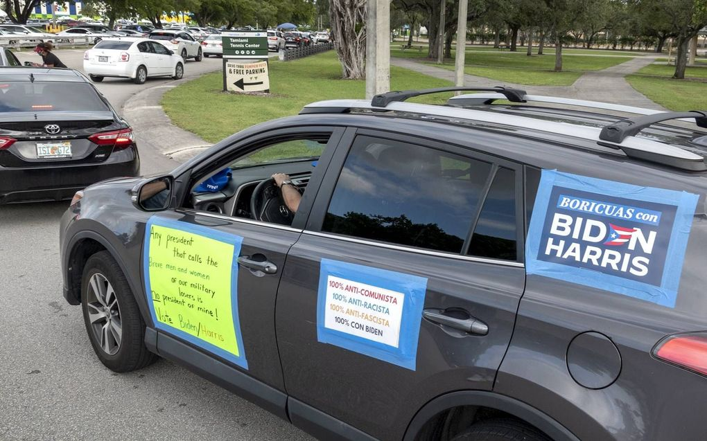 Aanhangers van Joe Biden maken in Miami, Florida op hun auto geen geheim van hun politieke voorkeur.beeld EPA, Cristobal Herrera-Ulashkevich