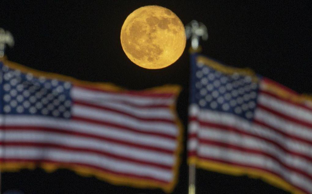 Een verkiezingsbijeenkomst van president Donald Trump in Georgia werd door een volle maan opgeluisterd.beeld EPA, Branden Camp
