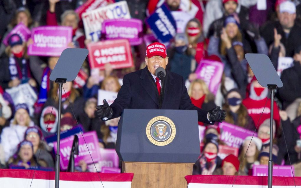 President Donald Trump sprak maandagavond een menigte aanhangers in Grand Rapids, Michigan toe.beeld EPA, Jeffrey Sauger