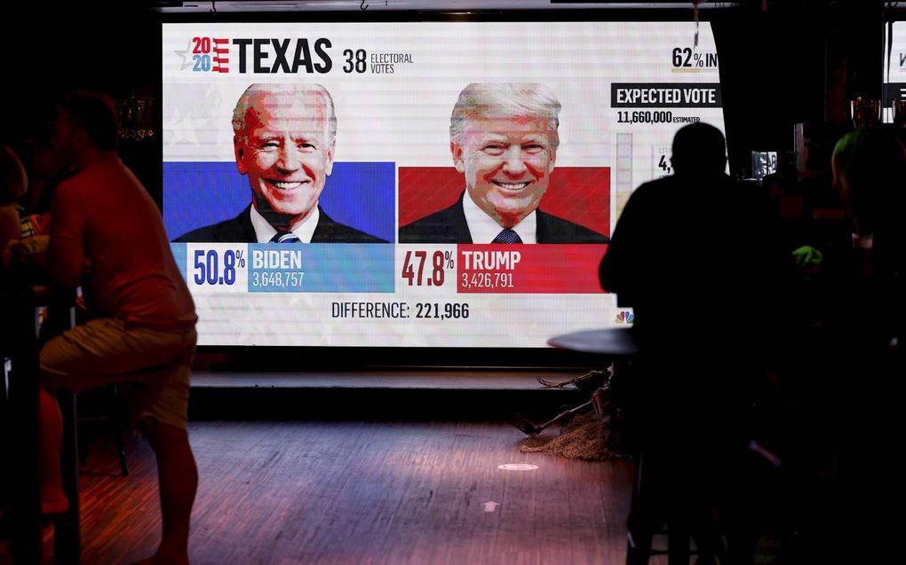 Amerikanen volgden dinsdagnacht in San Diego het verloop van de presidentsverkiezingen.beeld Reuters, Mike Blake
