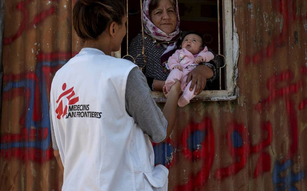 Een medewerker van Artsen zonder Grenzen bezoekt vluchtelingen op Samos. beeld Artsen zonder Grenzen