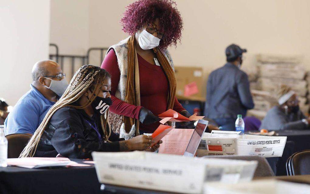 In de zuidelijke staat Georgia waren vrijwilligers en ambtenaren ook vrijdag nog volop stemmen aan het tellen, zoals hier in een sportcomplex in de hoofdstad Atlanta. Doordat de uitslag in swing states als Georgia ook vrijdag nog niet bekend was, kon er n