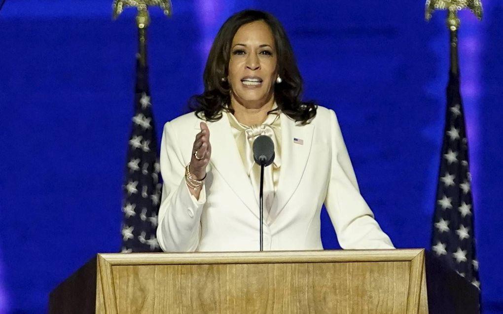 Kamala Harris brak zaterdag met de Amerikaanse traditie en hield als gekozen vicepresident zelf ook een overwinningstoespraak.beeld AFP, Andrew Harnik