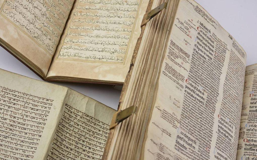 Heilige geschriften: De Bijbel, de Koran en de Thora. beeld Marco Sweering