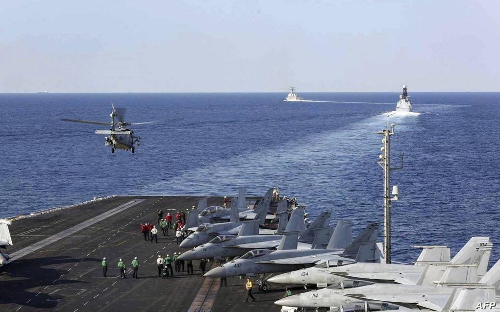 Het Amerikaanse vliegdekschip USS Abraham Lincoln passeert de Straat van Hormuz, in de buurt van de Iraanse kust. President Donald Trump zou vorige week hebben overwogen nucleaire installaties van Iran aan te vallen.beeld AFP, US Navy, Stephanie Contrera