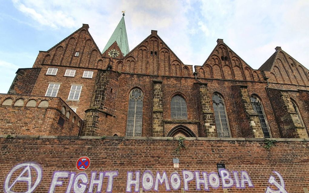 De Sint-Martinikerk in Bremen werd vorige maand beklad. De kerk waar ds. Latzel voorgaat, was al meermalen doelwit van activisten. beeld EPD, Dieter Sell