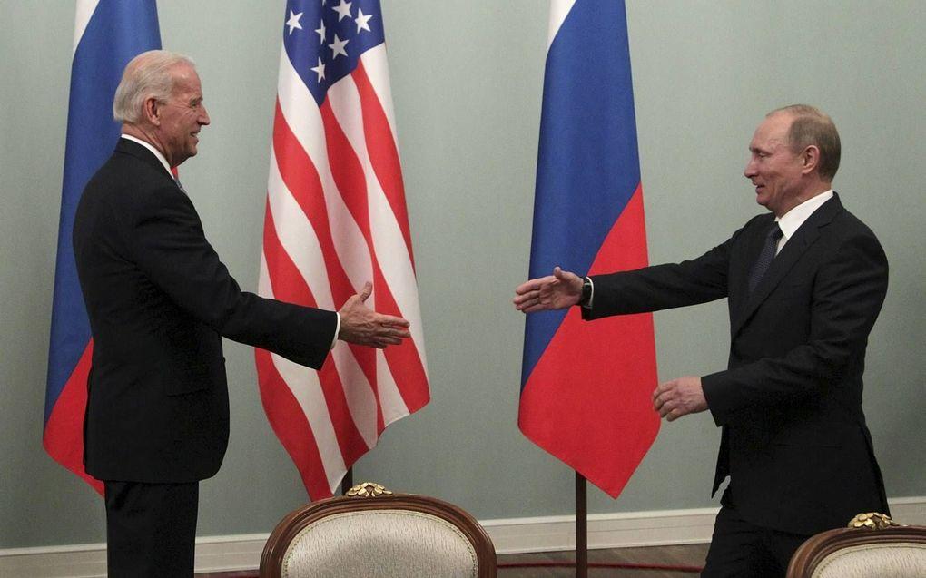 Zullen oude tijden herleven? Toen Biden in 2011 als vicepresident Rusland bezocht, ontving president Poetin hem hartelijk. Nu wacht de aankomend president nog op een gelukwens vanuit het Kremlin. beeld EPA, Maxim Shipenkov