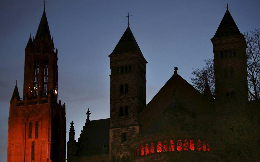 Ruim negentig Nederlandse kerken vroegen woensdag aandacht voor christenvervolging wereldwijd. De deelnemende kerken lieten hun kerkgebouwen daarbij rood oplichten. In Maastricht stonden de Sint-Janskerk (l.) en de Sint-Servaasbasiliek (r.) in de spotligh