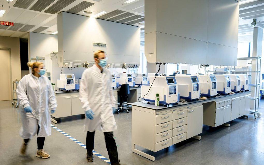 In het grootste coronatestlab van Nederland, hier van laboratoriumgigant Eurofins in Rijswijk, kunnen 35.000 tot 65.000 tests per dag worden uitgevoerd. Volgens een woordvoerder van Eurofins bieden de tests 99,8 procent zekerheid.beeld ANP, Bart Maat