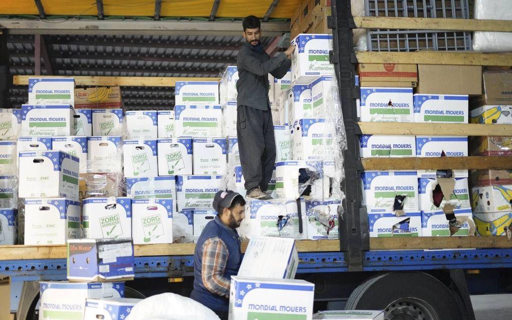 Het hulptransport wordt uitgeladen in een loods in Erbil. beeld Jacob Hoekman