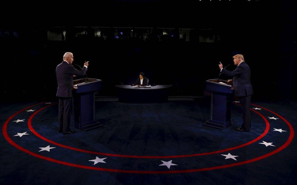 President Donald Trump (r.), donderdagavond in debat met zijn Democratische rivaal Joe Biden (l.).beeld EPA, Jim Bourg