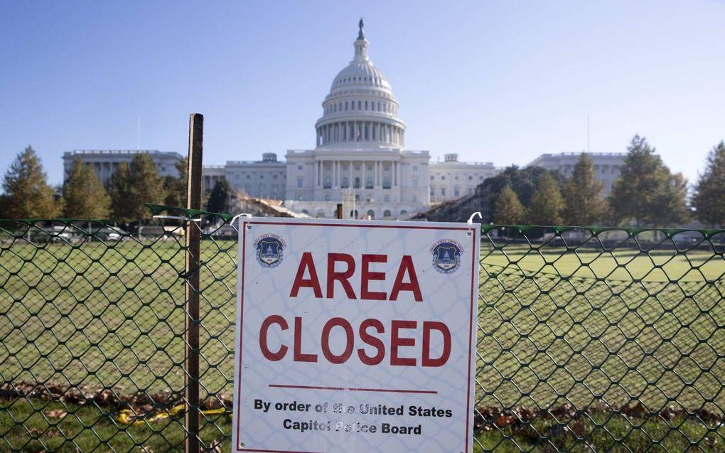 De ruime omgeving van het Capitool in de Amerikaanse hoofdstad Washington is afgezet. Bij het gebouw wordt druk gewerkt aan het opbouwen van het podium en andere voorzieningen voor de inauguratie van Joe Biden als nieuwe president.beeld EPA, Michael Reyn
