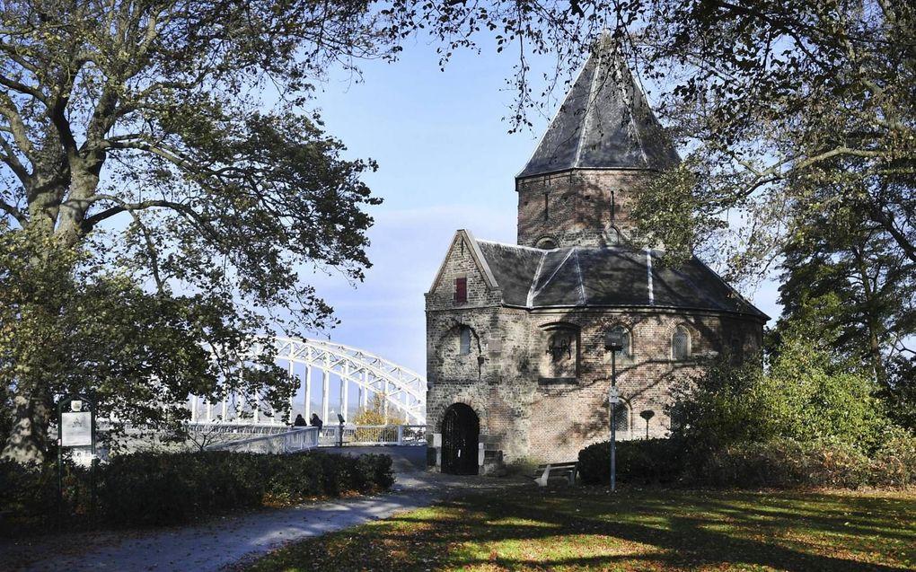 De Sint-Nicolaaskapel, ook wel Valkhofkapel genoemd, staat al zo'n duizend jaar op een heuvel langs de Waal. beeld ANP, Piroschka van de Wouw