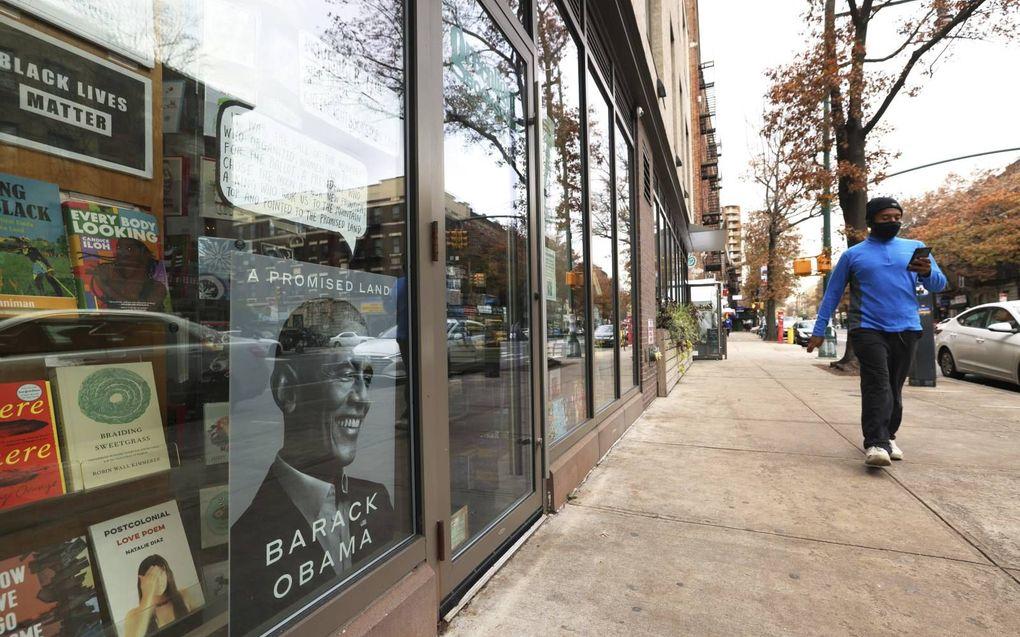 Obama's memoires in de etalage van een boekwinkel in de New Yorkse wijk Brooklyn.beeld AFP, Michael M. Santiago