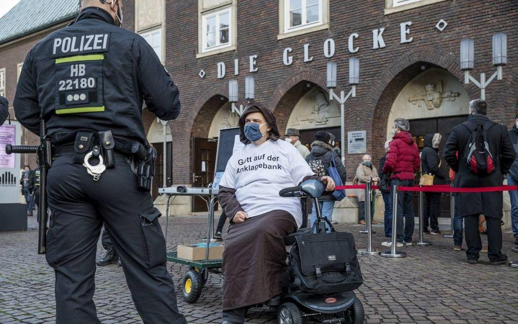 Agenten en een demonstrant die ds. Latzel steunt. beeld EPD, Tristan Vankann