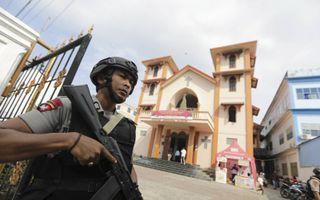 Indonesië zet jaarlijks tijdens Kerst duizenden agenten in om kerken te beschermen tegen gewelddadige aanvallen.beeld EPA, Hotli Simanjuntak