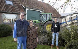 Jaco en Neeske Simonse zijn de derde generatie op  het bedrijf in Luttelgeest. Hun zoons Bert-Jan (r.) en Lennart (niet op de foto) weten nog niet of ze boer willen worden.beeld RD, Anton Dommerholt