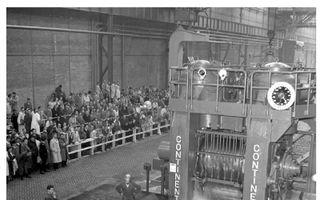 De eerste plak staal gaat door de voorwals, onderdeel van de breedbandwals die grotendeels met Marshallgeld is gebouwd.beeld Historisch Hoogovens