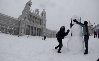 Spanje, het land van de zon, kleurde afgelopen week wit. Ook de hoofdstad Madrid moest maatregelen treffen. Ook het plein voor de grote Almudena Cathedral in hoofdstad ligt bedekt met een laag sneeuw. beeld EPA, David Fernandez